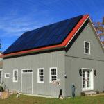 Ein Haus aus Holz mit Solarzellen auf dem Dach - ist das schon ein Ökohaus?
