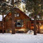 Ein großes Blockhaus steht in einer Winterlandschaft