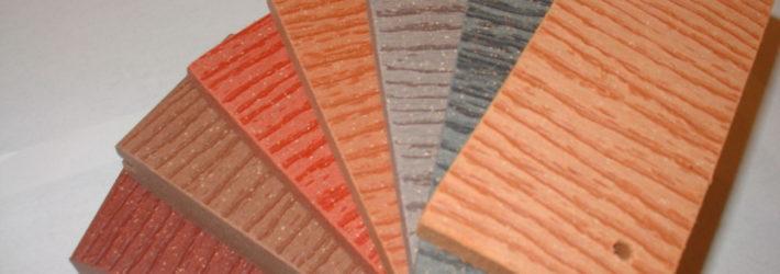 Kleine Proben für WPC, also Terrassenbeläge aus Kunststoff, in unterschiedlichen Farben