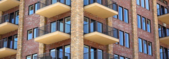 Ein typisches Mehrfamilienhaus mit vielen Balkonen