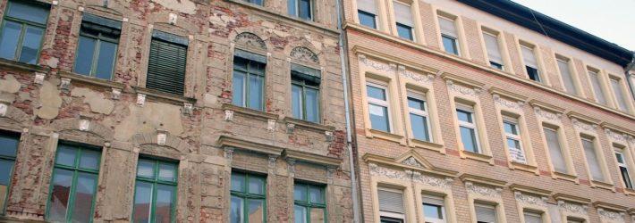 Links steht ein altes Wohnhaus vor einer Sanierung, rechts ein bereits saniertes.