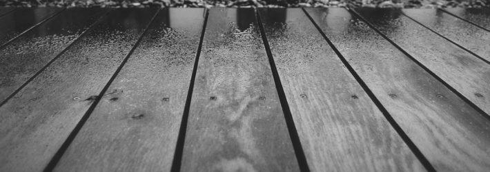 Das Holz einer Terrasse ist vom Regen nass