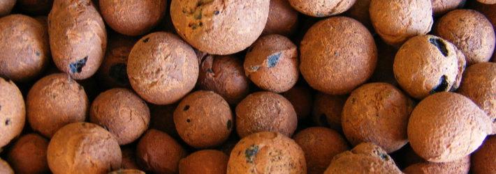 Der Baustoff Blähton tritt in kleinen, braun bis terracotta-farbenen Kügelchen auf