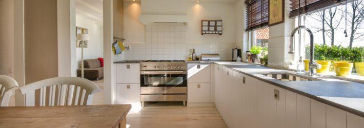 Nachdem die Küchenplanung abgeschlossen ist, hat man einen wunderschönen Raum. Hier steht links der Holzesstisch samt passenden Stühlen, rechts und an der Stirnseite befindet sich eine helle Küchenzeile in L-Form.