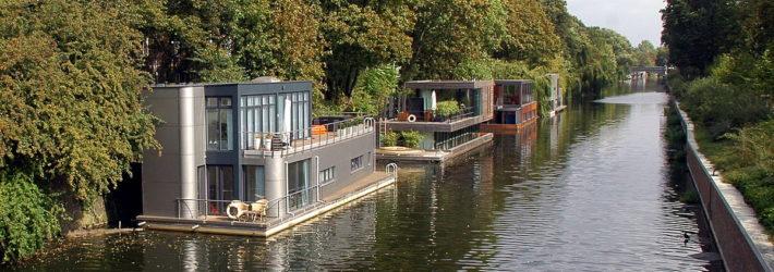 Auf dem Elbekanal in Hamburg sieht man mehrere Floating Houses bzw. schwimmende Häuser am Ufer festgemacht.