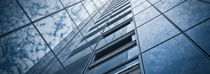 Ein Hochhaus mit absolut sauberer Glasfassade, womöglich durch eine photokatalytische Beschichtung mit Titandioxid.
