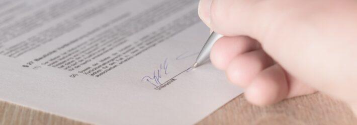 Jemand unterschreibt einen Vertrag.
