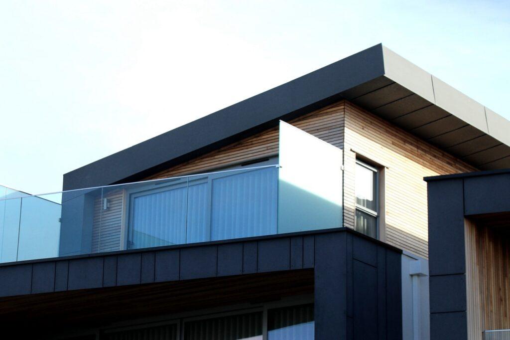 Ein Haus mit geneigtem Flachdach.