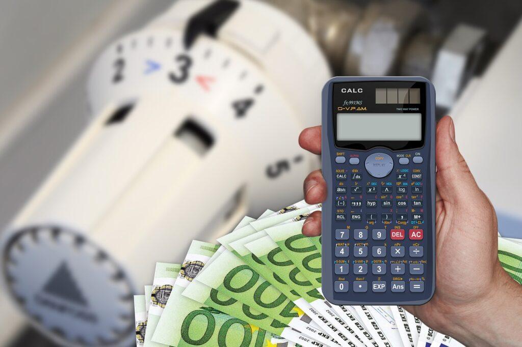 Eine Collage zum Thema Heizkosten: Vor einem Heizkörper-Thermostat ist ein Bündel Geldscheine abgebildet sowie eine Hand mit einem Taschenrechner.