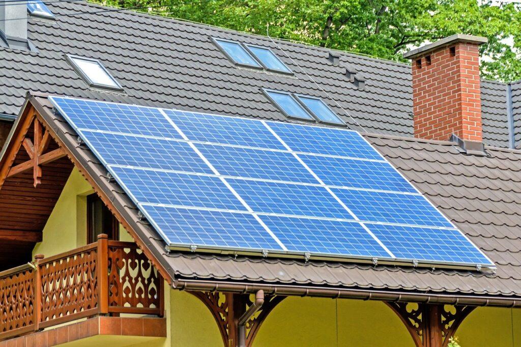 Auf einem Dach ist eine Photovoltaik-Anlage installiert