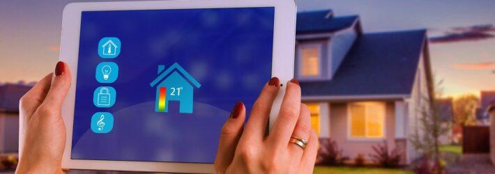 Über ein Tablet werden die Smart Home Systeme eines Hauses im Hintergrund gesteuert
