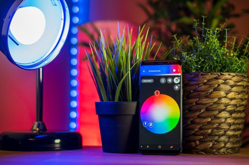 Eine Schreibtischlampe ist Teil eines Smart Home Systems und wird über das Handy gesteuert.