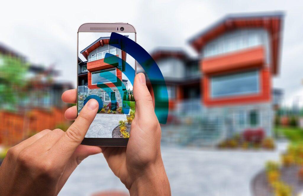 Jemand steuert seine Smart Home Systeme über sein Handy an