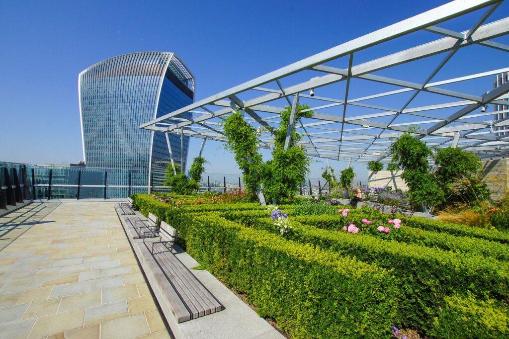 Auf einem Hochhaus in London sieht man einen hübschen Garten als Dachbegrünung