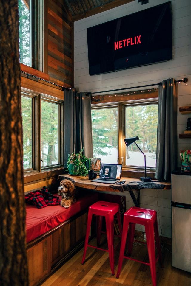 Eine Ecke eines Tiny Houses ist zu sehen mit einem Esstisch und einer Couch.