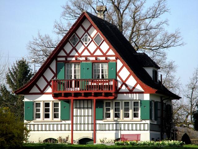 An ein traditionelles Fachwerkhaus wurde ein passender Balkon angebaut