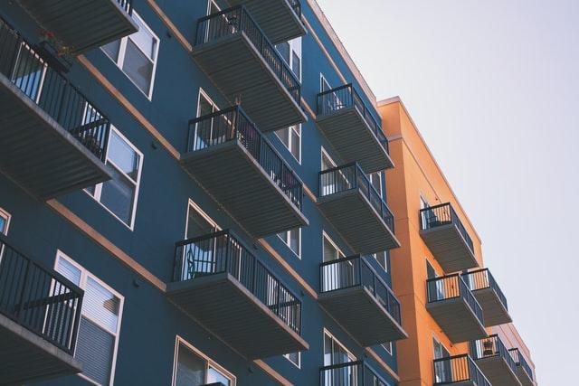 An verschiedenen Häusern in Blau und Orange sind viele Balkone angebaut worden.