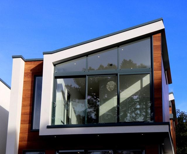 Ein moderner Neubau mit Schrägdach und großer Glasfront ist zu sehen.